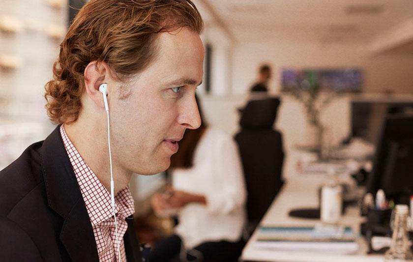 Man på kontor med hörlurar